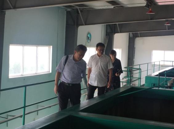 9月27日,市国资委监事会主席王京武、监事张晓雪、青岛水务投资开发有限公司综合部经理王全一同深入对董家口供水公司进行调研工作,青岛董家口经济区供水有限公司总经理王志勇陪同。 通过对供水调度监控系统了解公司管网分布,并对水厂的净水处理设备和水质检测化验室进行了参观。国资委监事会领导对董家口供水公司的净水、配水系统和服务董家口区域工业进行了解,感同身受地体会到了董家口供水公司多年来为政府分忧,为企业解难的奉献精神。对公司体制机制创新,加强经营管理,提升科技水平,扎实做好对外服务,确保安全稳定供水方面所做出